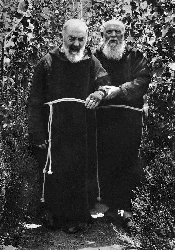 Padre Raffaele da S. Elia a Pianisi visse accanto a Padre Pio per 38 anni, facendogli da confessore dal 1926 al 1944 e, dopo la morte di padre Agostino Daniele nel 1963, espletò lui solo questa funzione