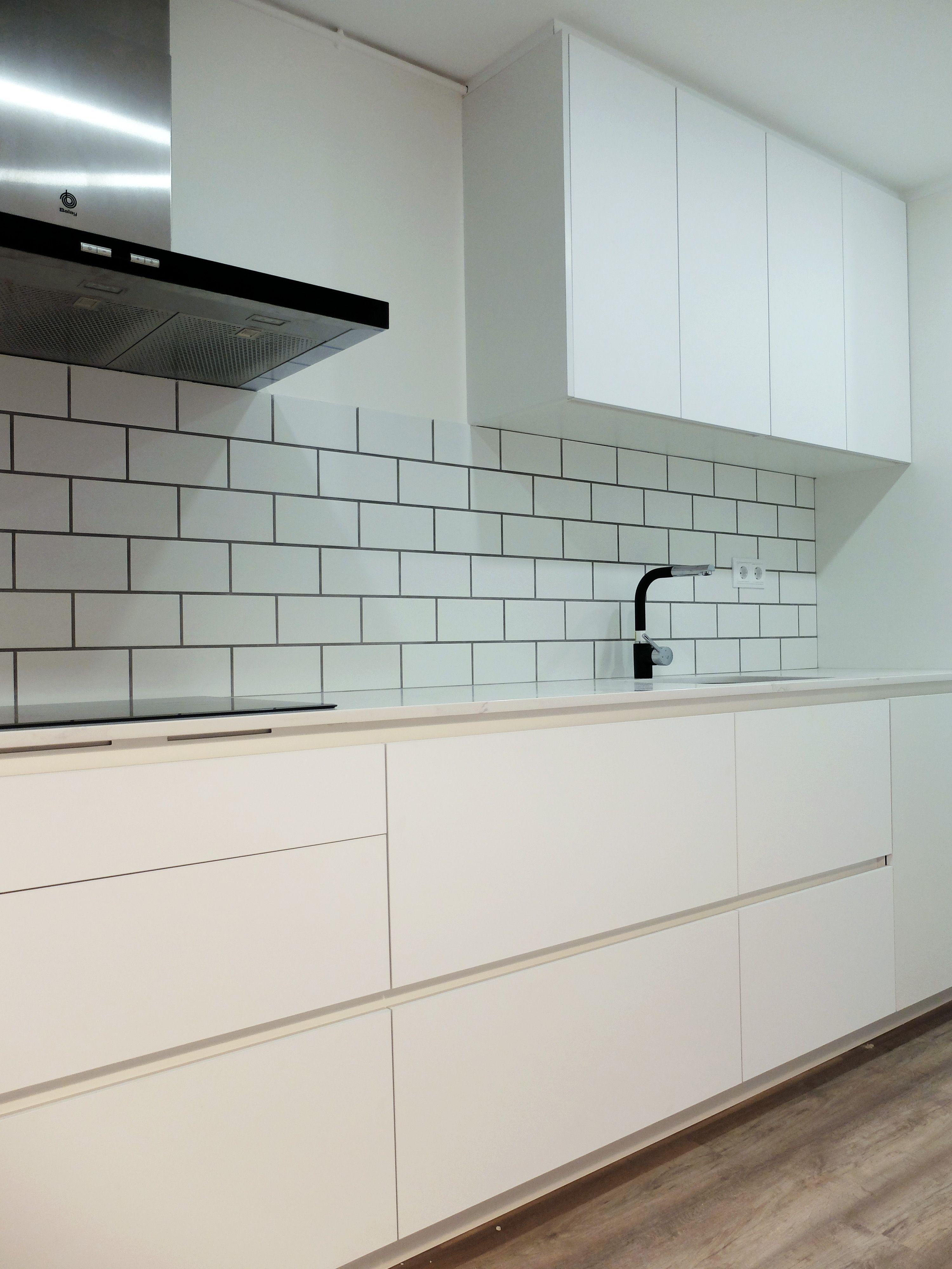 Reforma De Cocina Blanca Con Frontal De Azulejo Rectangular Con