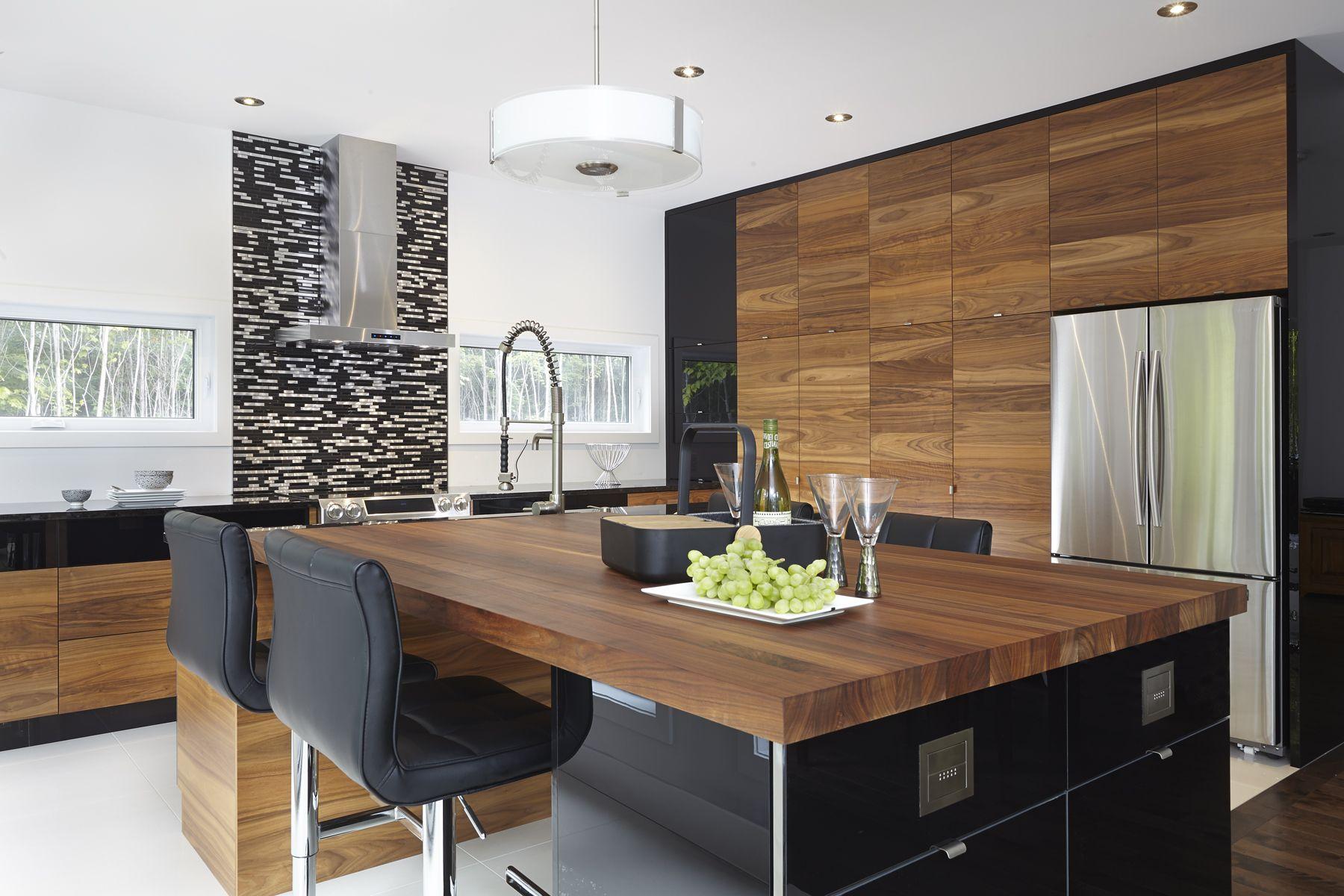 Armoires de cuisine moderne placage de noyer et acrylux - Decoration cuisine contemporaine ...