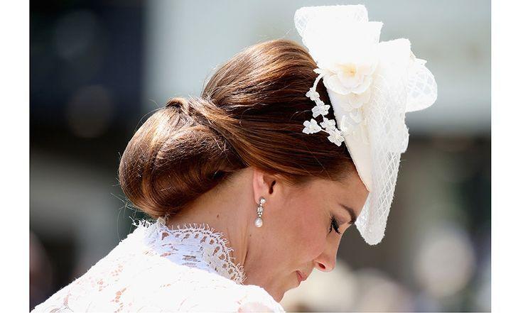Un Regard Rapproche Sur Le Chapeau Magnifique De Duchess Kate Et Le Chignon A La Tete Maintenu Dans Royal Ascot Dentelle Blanche Robe Blanche Dentelle
