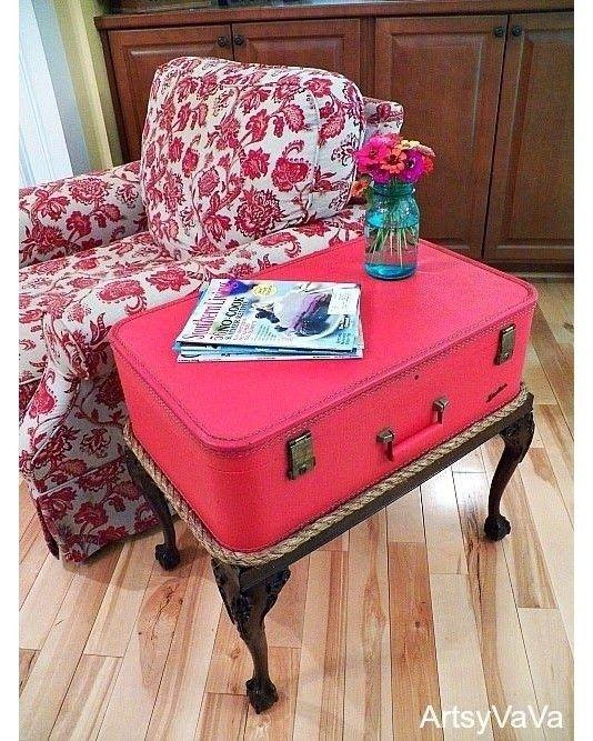 Mesa lateral com reuso de uma mala antiga. Mais referências no http://ift.tt/1TET71w Snapchat:  snapideias Pinterest:  pinideias Confiram nossas revistas no: http://ift.tt/1MbL0oA Imagem da Web - conteúdo não próprio.