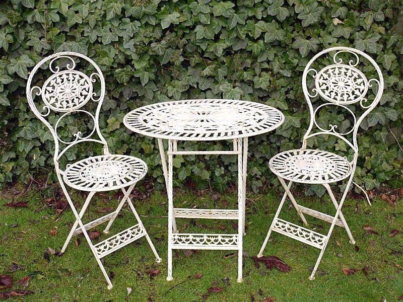 Table ovale avec deux chaises en fer forgé | jardin | Chaise ...