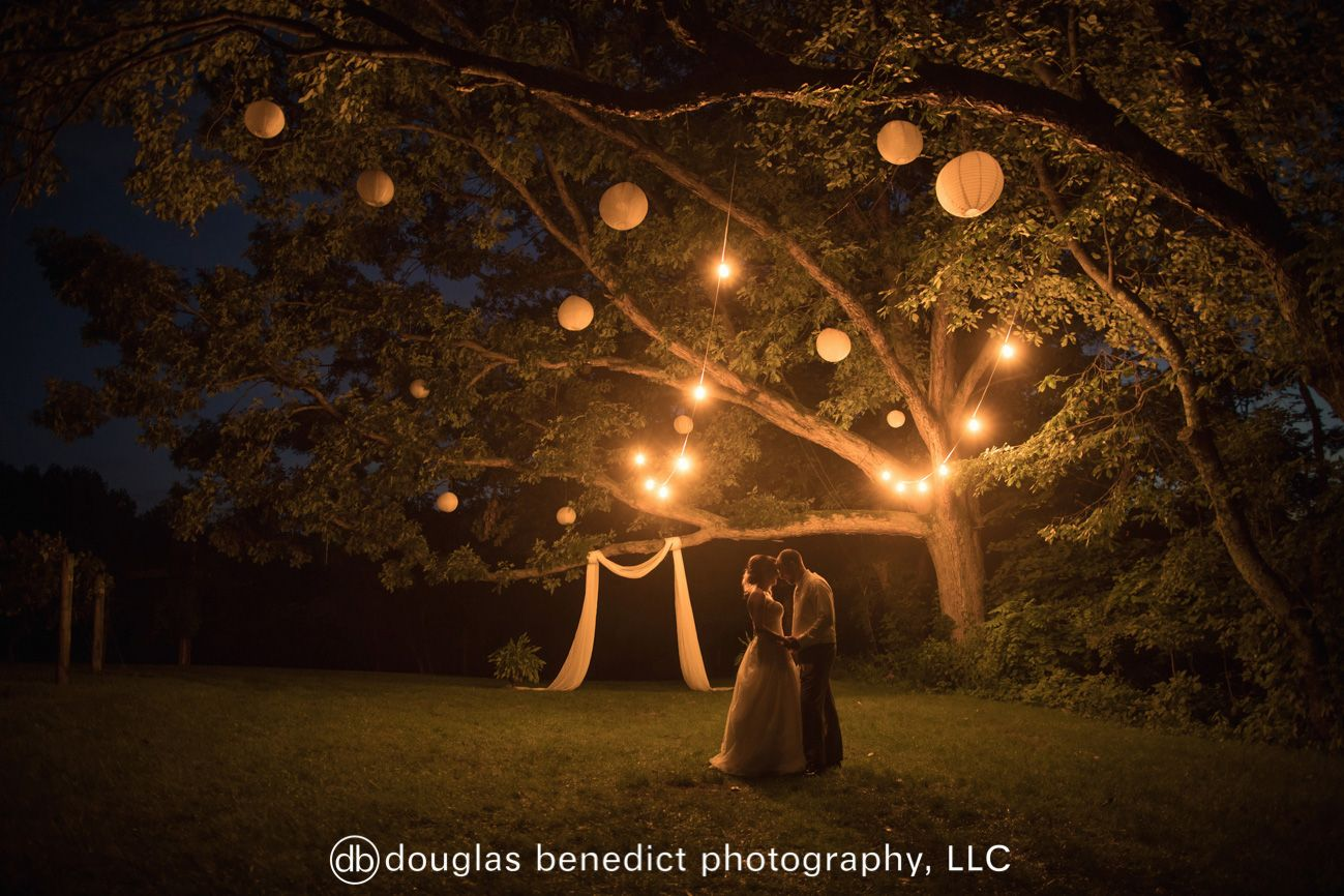 Beautiful Outdoor Night Wedding Photography With Light Lanterns Hung From A Tree At Night Outdoor Night Wedding Night Wedding Photography Photography
