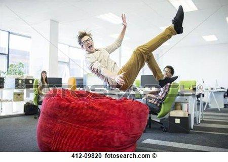 Stock Fotografie - geschäftsmann, springende, in, sitzsack- stuhl, in, büro. Fotosearch - Suche Stockfotografien, Fotos, Wandbilder, Bilder und Foto Clipart