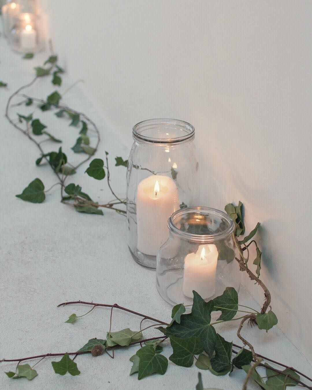 Thinking back to Saturday and the beautifully styled @ryelondon the venue for @me_and_orla and @hanbullivant's #FestiveFaffing workshop. Groupings of white candles complemented by ivy trails looked stunning arranged around the edges of the room. So simple and yet so effective! | #throwbackthursday #tbt