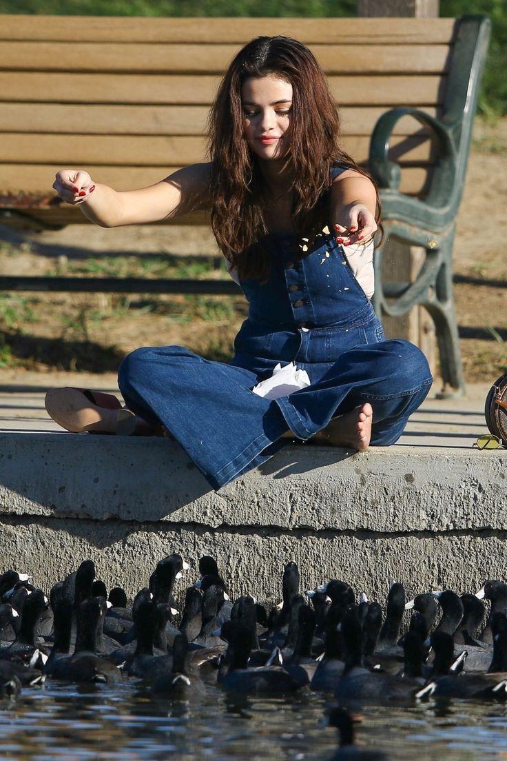 Selena Gomez hatte einen verrückten Freitag, der ihre Entenfans an einem örtlichen Teich fütterte  - Kathryn Horn - #der #einem #einen #Entenfans #Freitag #fütterte #Gomez #hatte #Horn #Ihre #Kathryn #örtlichen #Selena #Teich #verrückten - Selena Gomez hatte einen verrückten Freitag, der ihre Entenfans an einem örtlichen Teich fütterte  - Kathryn Horn