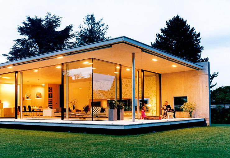 flachdachbungalow mit großen glasflächen voll verglaste gartenseite