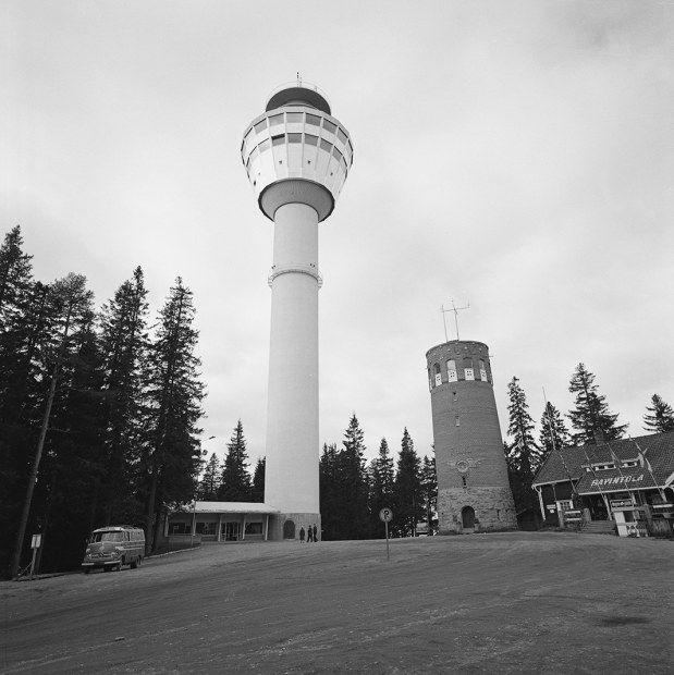 Puijon tornit vuonna 1963. Vanha torni purettiin pian uuden valmistuttua