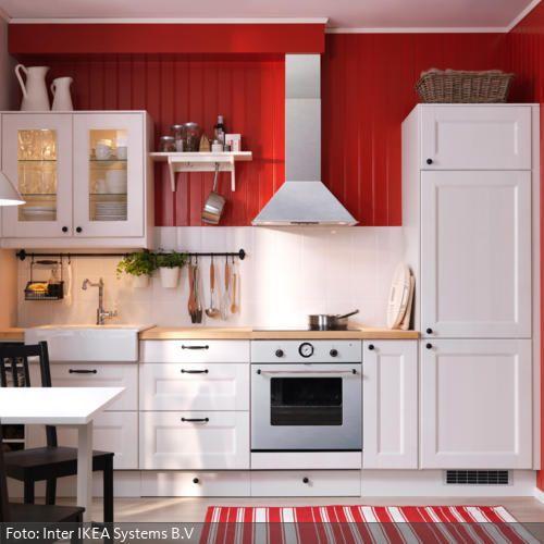 Weiße Landhausküche mir rot gestrichener Holzverkleidung | roomido.com
