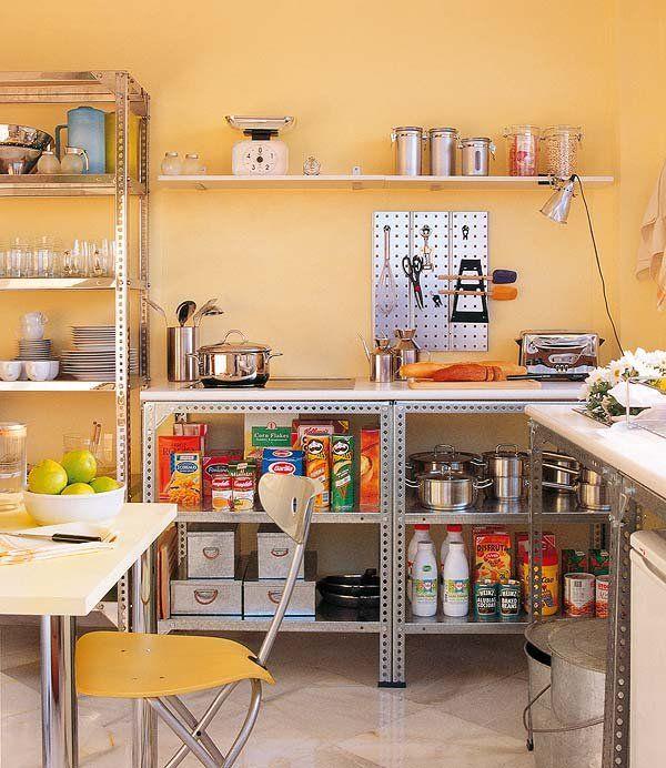 Una cocina improvisada pinterest cocinas estantes de for Estantes para cocina pequena