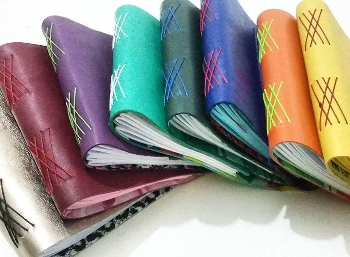 Encadernação com costura artesanal utilizando resíduo têxtil. #badudesign #curitiba #papelaria #reuso #sustentabilidade #negociosocial #book #encadernação #artesanato #paper #paperlover #handmade by badudesign http://ift.tt/1NYH0ya