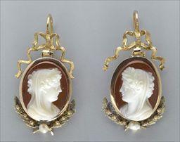Parures et bijoux des musées nationaux de Malmaison et du palais de Compiègne, notice - Paire de pendants d'oreilles avec camées sur agate