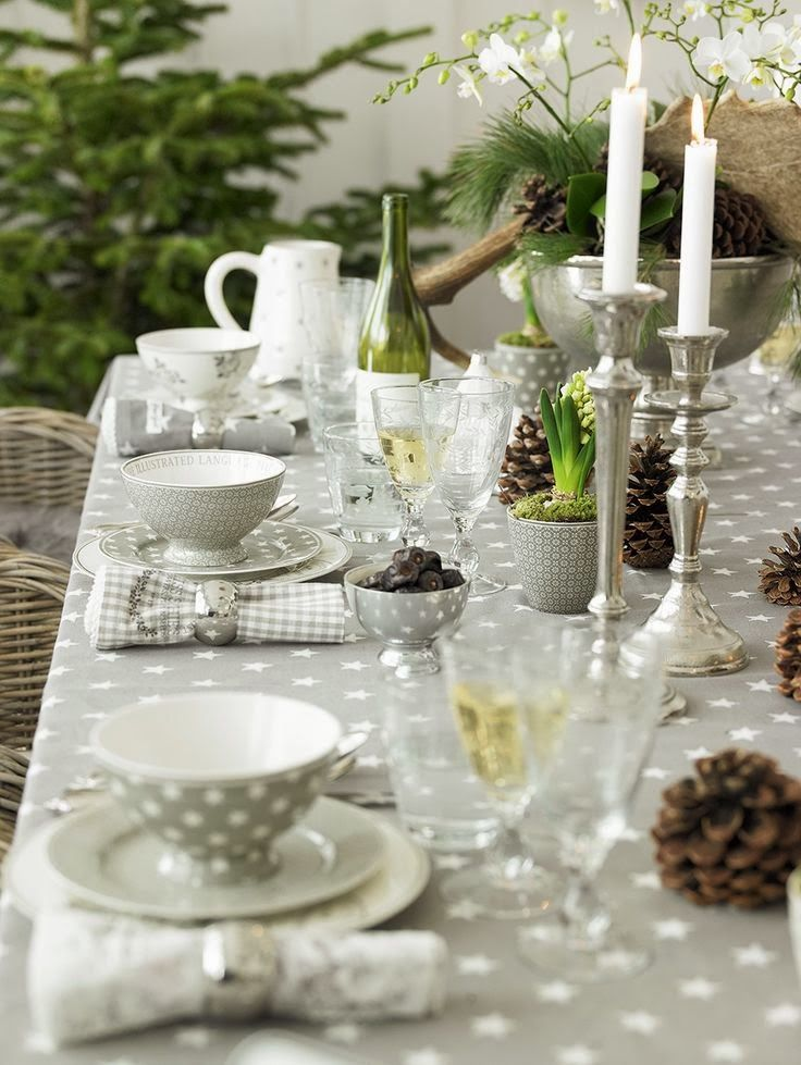 Love The Grey And Whit Polka Dots Very Refreshing Table Setting Christmas Table Settings Beautiful Table Settings Table Settings