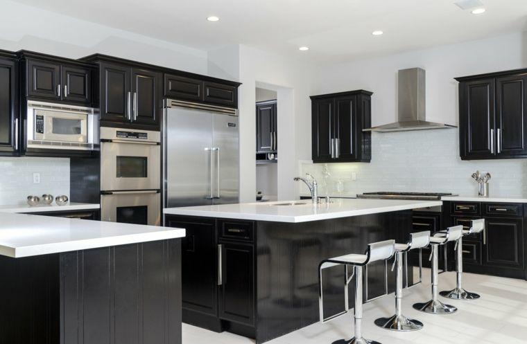 Mobili neri con top bianco cucina open space con sgabelli in