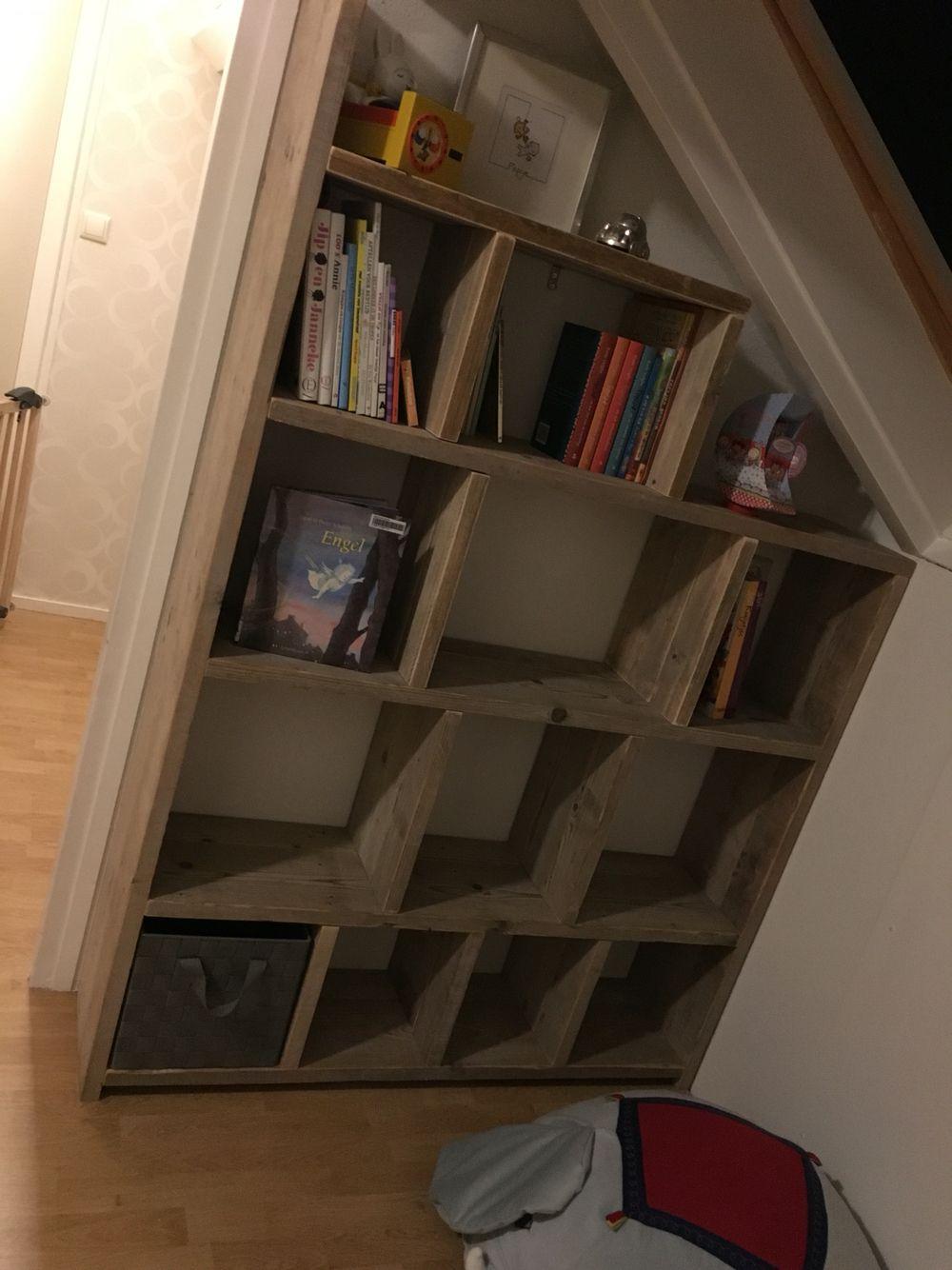 boekenkast vakkenkast steigerhout schuin dak