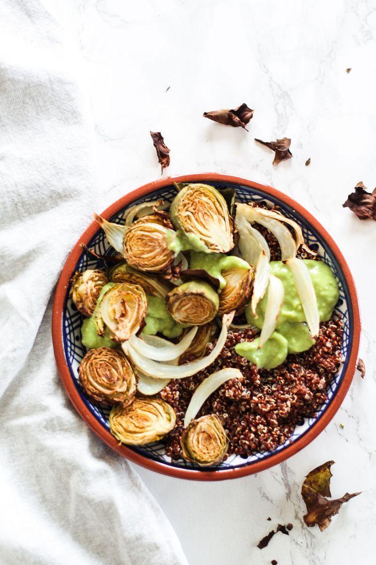 Warmer veganer Rosenkohlsalat mit geröstetem Fenchel und rotem Quinoa. Ein leckerer und gesunder S