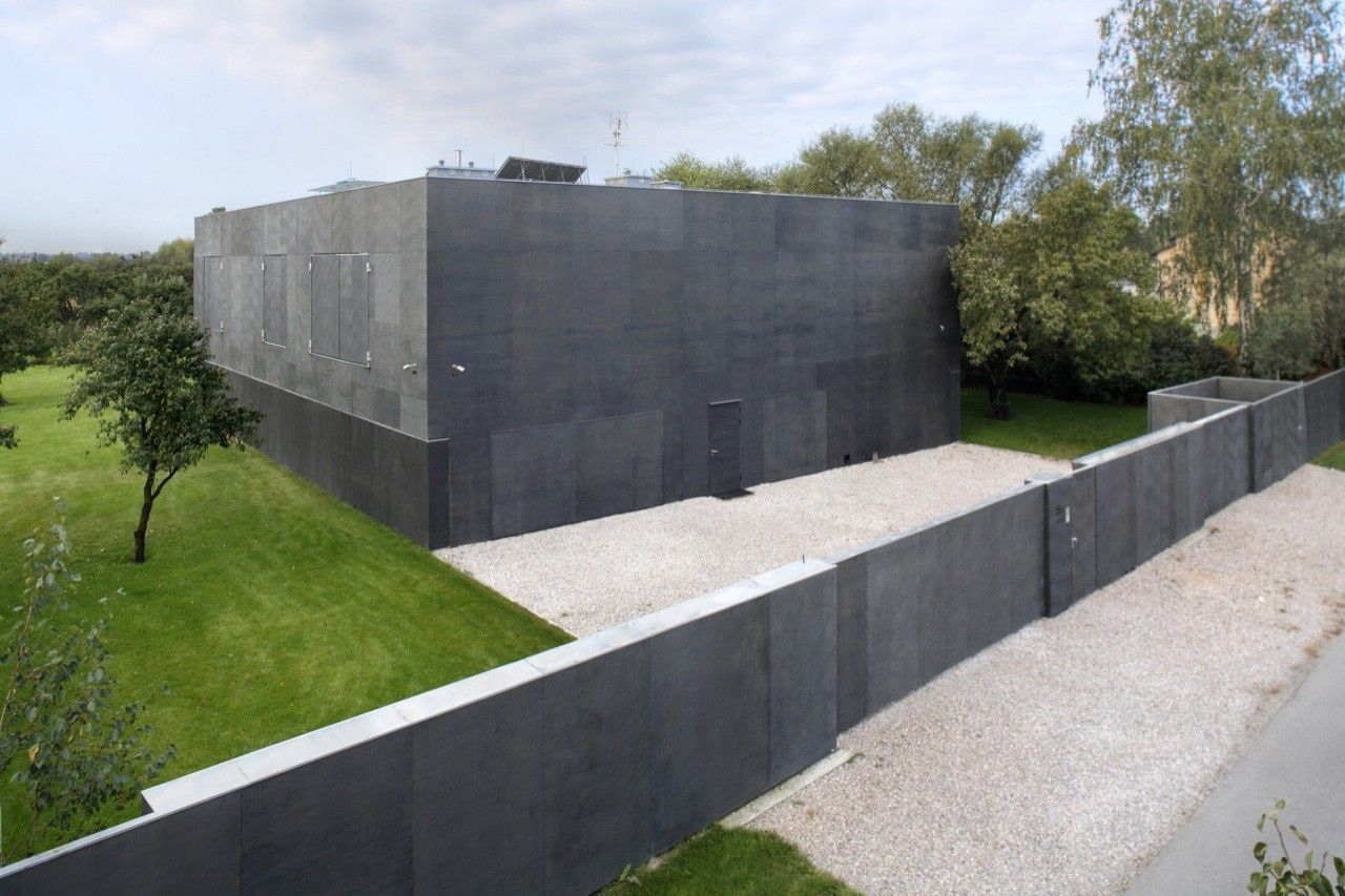 11 Zombie Proof Houses That Make The Armageddon Sound Exciting Zombie Proof House Fortress House Architecture