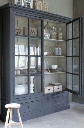 Una vitrina de color oscuro por fuera y otro claro por for Mezclar muebles claros y oscuros