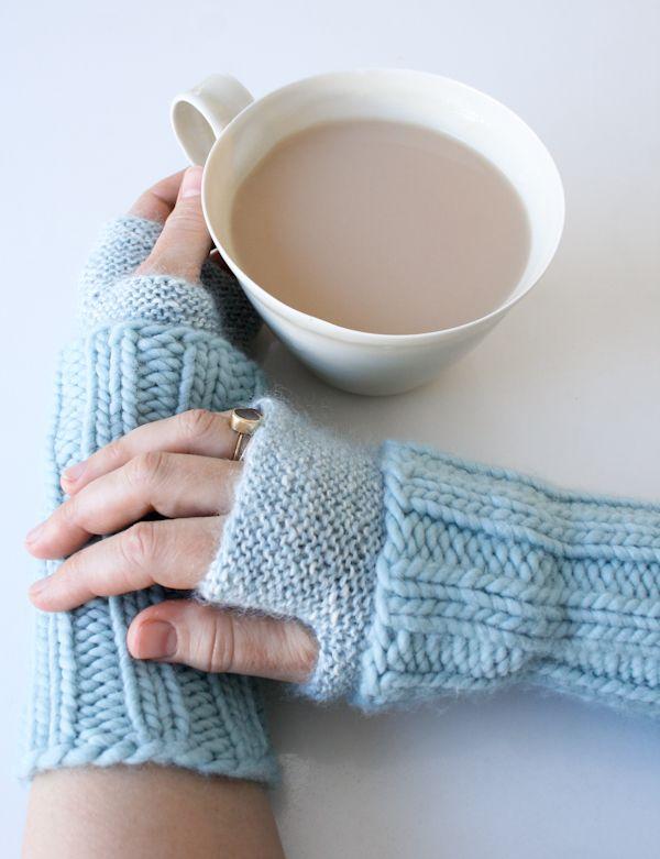 Estos hermosos mitones azules son tejidos a dos agujas pero creo que puede hacerse algo muy parecido también a crochet - the purl bee