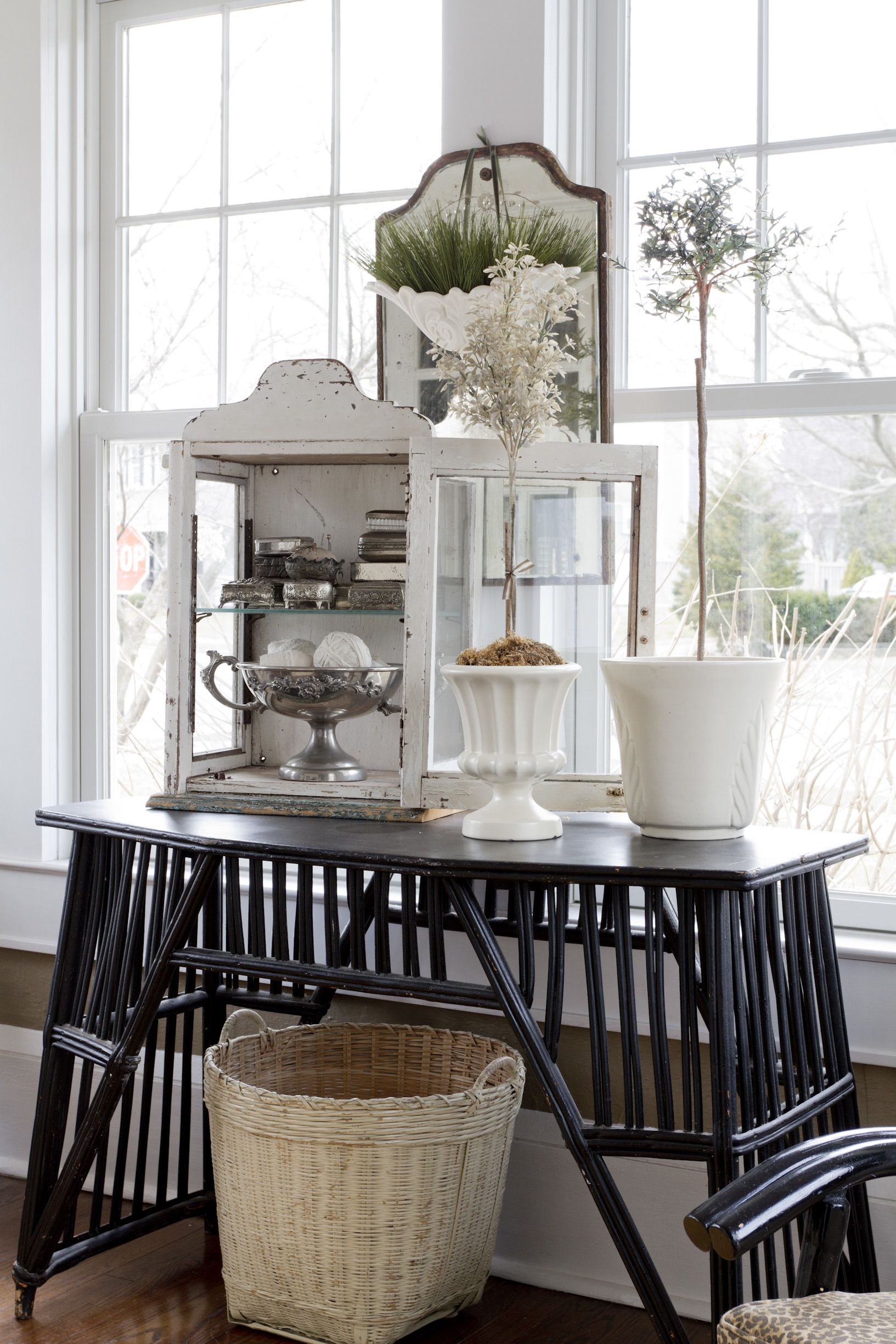 #entryway, #basket, #entry-table, #side-table, #mirror  Photography: Rikki Snyder - rikkisnyder.com  Read More: http://www.stylemepretty.com/living/2014/05/14/home-tour-joanna-madden/