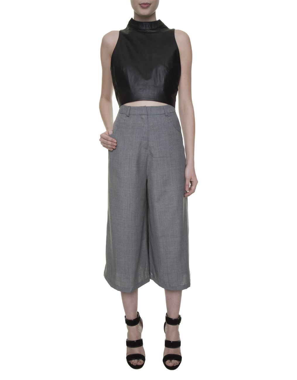 338a0969e top cropped preto de couro, calça pantacourt cinza Modem, sandália tiras  preta