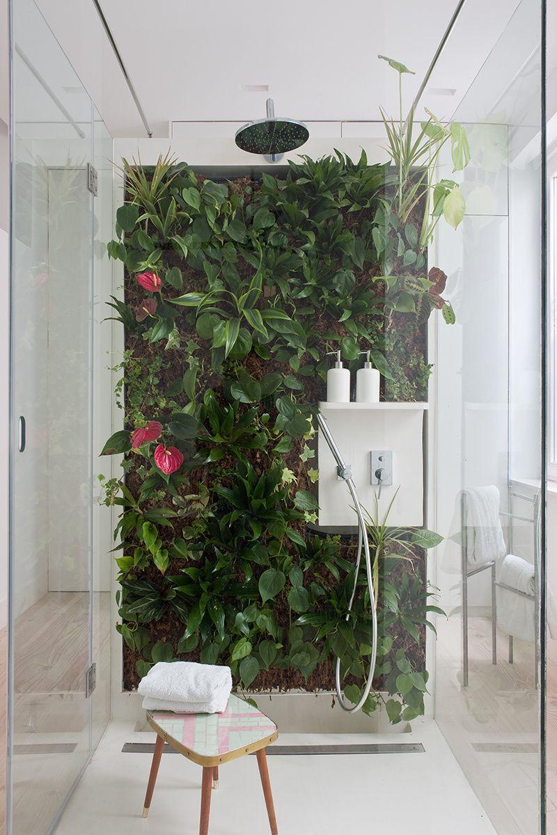 Badezimmer gestalten und dabei grüne Zimmerpflanzen benutzt