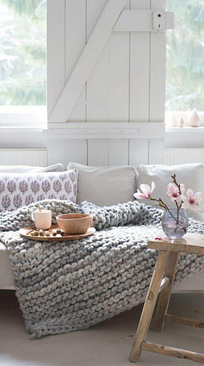Graue Gestickte Decke Gemtlicher Landhausstil Wohnzimmer In Grau