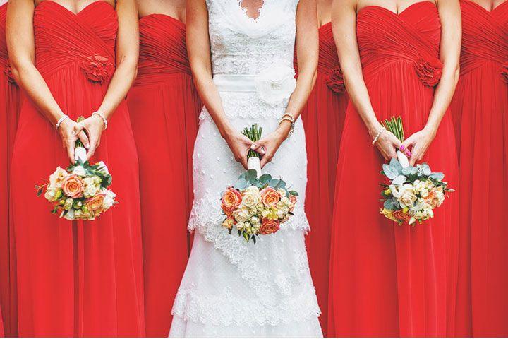 Red Bridesmaids with coral and white bouquets. Yks esimerkki sivuväristä, joka täydentää hyvin pienissä määrin teemavärejä ja luo pehmeyttä/romanttisuutta. Vai onko puhtaat ja sharpit lippuvärit tavoite?