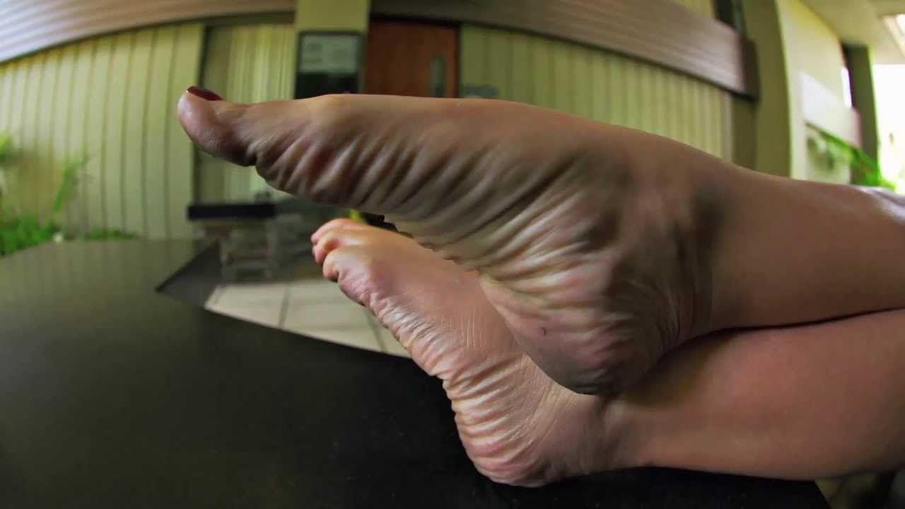 feet video: bella bambina's deep wrinkled soles 1080p - http://goo