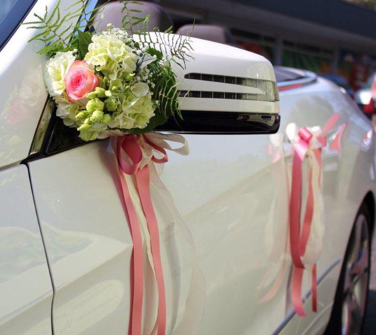 Blumenarrangement Hochzeitsauto