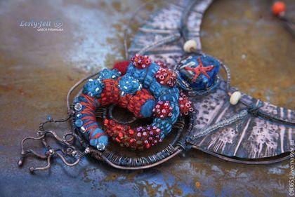 Медное колье с рыбками и морской звездой выполнено в смешанном стиле wire wrap и валяние шерсти и вышивка бисером и нитями мулине.