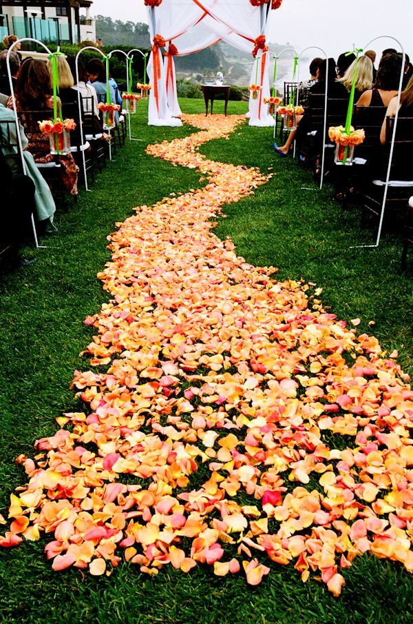 Eine große Verwendung von Bahn-Blumenblättern, Hochzeitsgang des orange Rosenblumenblattes. Foto von Yvette …   – Wedding Aisles with Rose Petals
