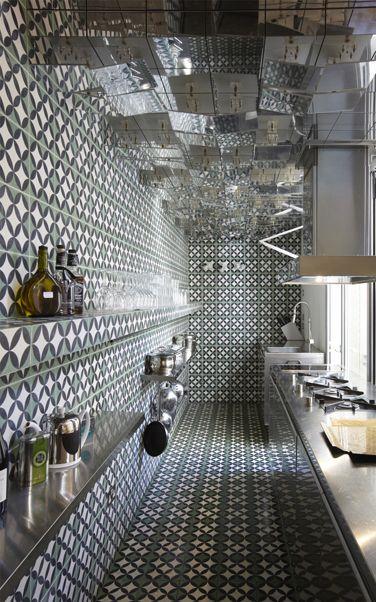 Carreaux De Ciment Au Sol Et Au Mur Et Miroirs Au Plafond Cette