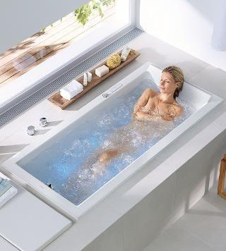 Grazie allo sfruttamento ottimale dello spazio, la vasca angolare ...