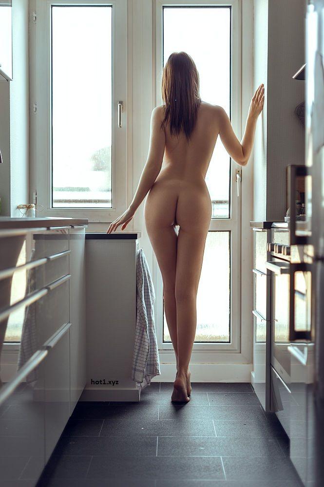 На кухне у окна эротика фото 457-973