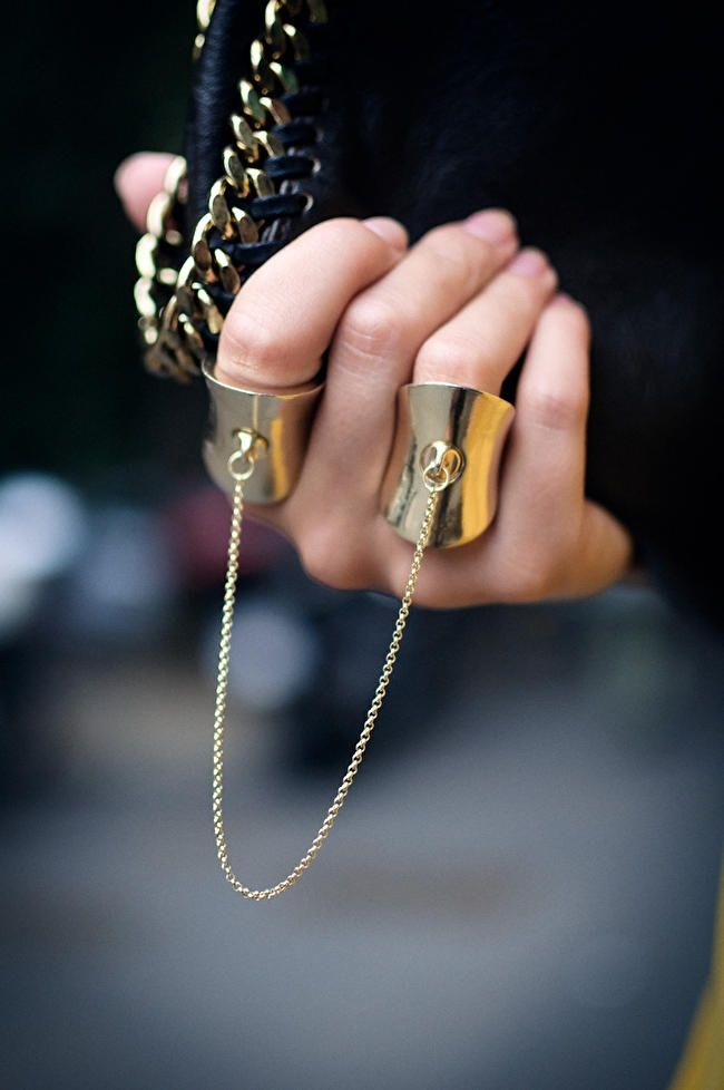 Love!! #simple #delicate #rings #jewelry #gold #fashion #details #chains #chaindetail #clutch