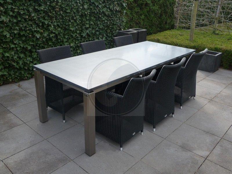 Granieten gezoeten tafel met zes zwarte vlechtwerk stoelen stenen