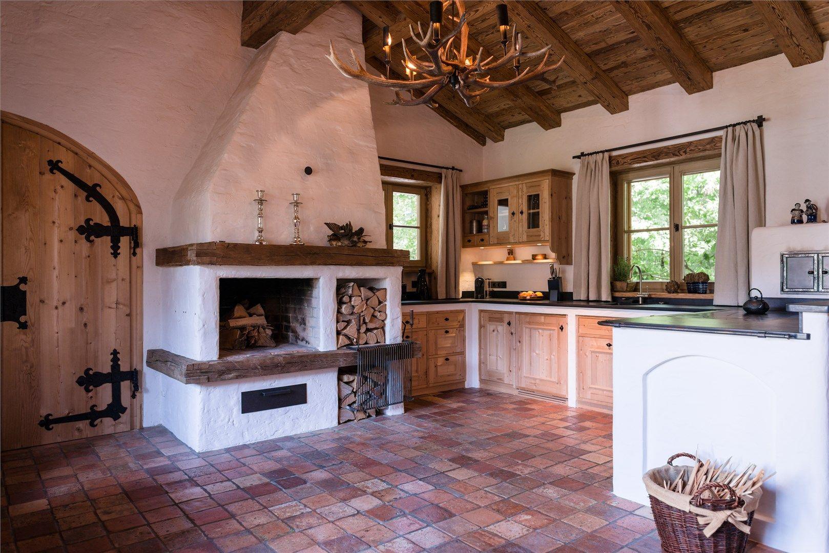 Offene Bauernküche mit Kaminofen in traditionellem Landhaus ...