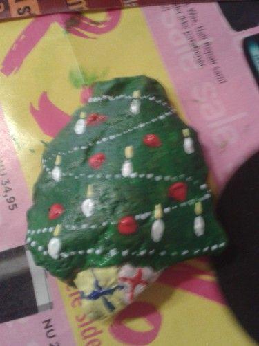 Malede sten med søde julemotiver.