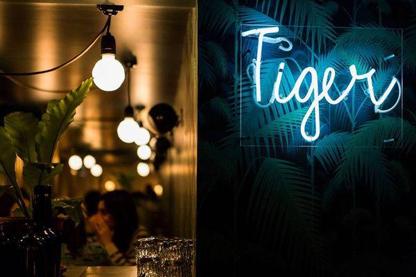 """Le + Gin : Le Tiger. Il est notre nouveau temple du gin. Bombay Tonic, Tanqueray Tonic, Citadelle Tonic, Generous Tonic, G-Vine, Hendrick's Tonic, Plymouth, Monkey 47 Tonic... Les maîtres des lieux réalisent leur """"Tiger tonic"""" maison avec du sirop de teinture de quinine. Service au siphon.Le Tiger est notre nouveau temple du gin. Bombay Tonic, Tanqueray Tonic, Citadelle Tonic, Generous Tonic, G-Vine, Hendrick's Tonic, Plymouth, Monkey 47 Tonic..."""