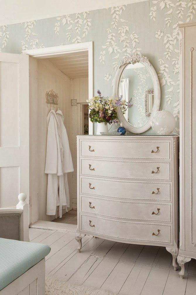 Un toque de pintura blanca a muebles viejos dan la sensación de aire fresco a la habitacion
