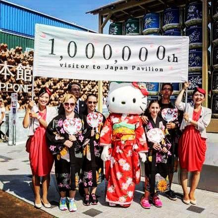Tre ore di coda per vedere il Padiglione del Giappone a #Expo2015: tutto normale? Sì se al padiglione si festeggia il milionesimo visitatore e se ad accoglierlo cè Hello Kitty. Chi ha varcato la soglia numero 1 milione? Una famiglia pugliese premiata con gadget di Hello Kitty kimono e una macchina fotografica (Foto: Repubblica)  #expo #expo2015 #expoMilano2015 #giappone #japan #expojapan #japanexpo #hellokitty #hellokittylover #hellokittyaddict by lacronacaitaliana