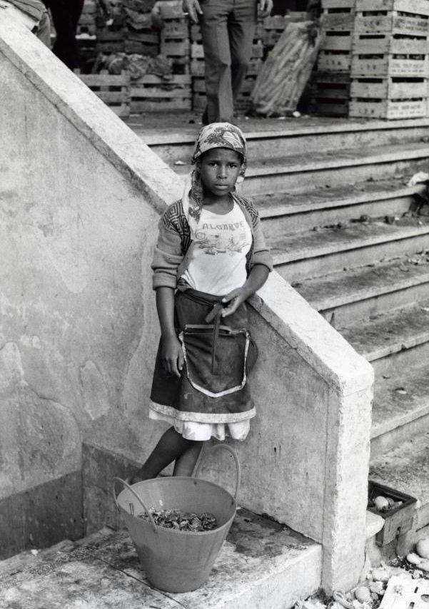 Menina em Lisboa, vendendo marisco fresco, Portugal - Hajo Piebenga. 1986