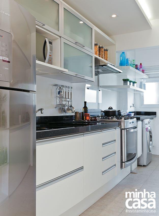 Muebles blancos mesada negra vidrio opacid accesorios for Cocinas modernas para departamentos