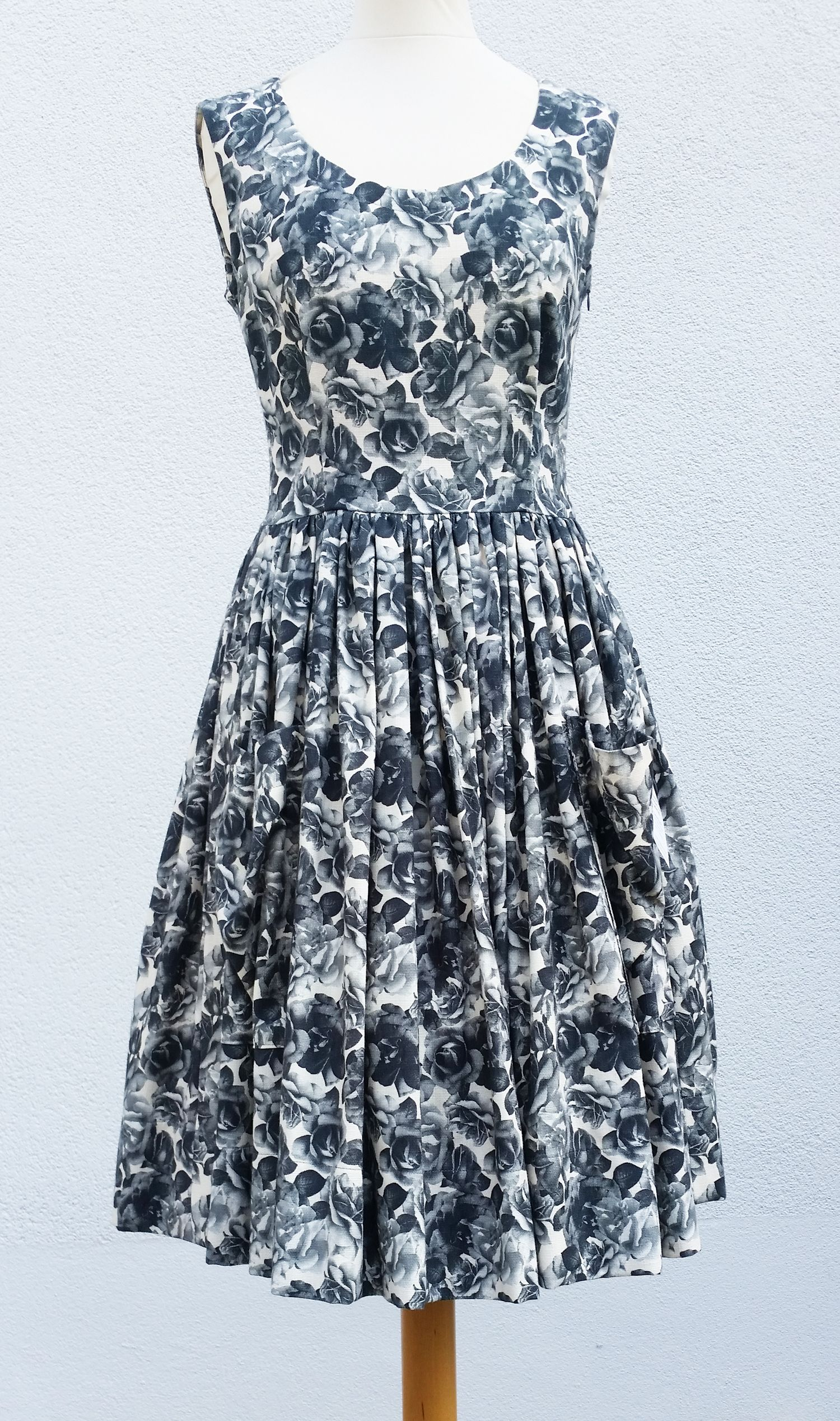 Kleid im 50er Jahre Stil von klennes 100% Baumwolle, im Vorderteil mit                    2 aufgesetzten Taschen.