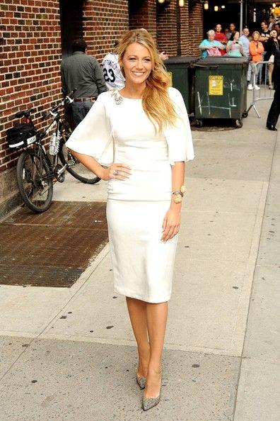 Blake Lively de blanco con un vestido de Marchesa Bloc de moda