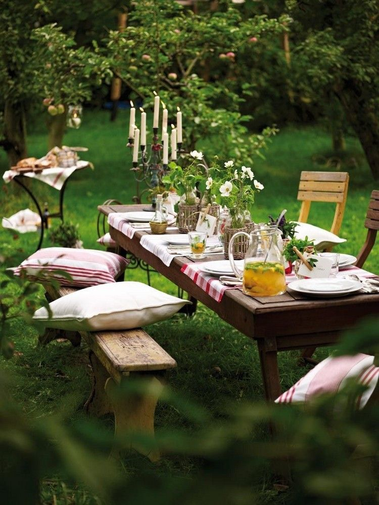 Coin repas au jardin de différents styles où l'on a hâte