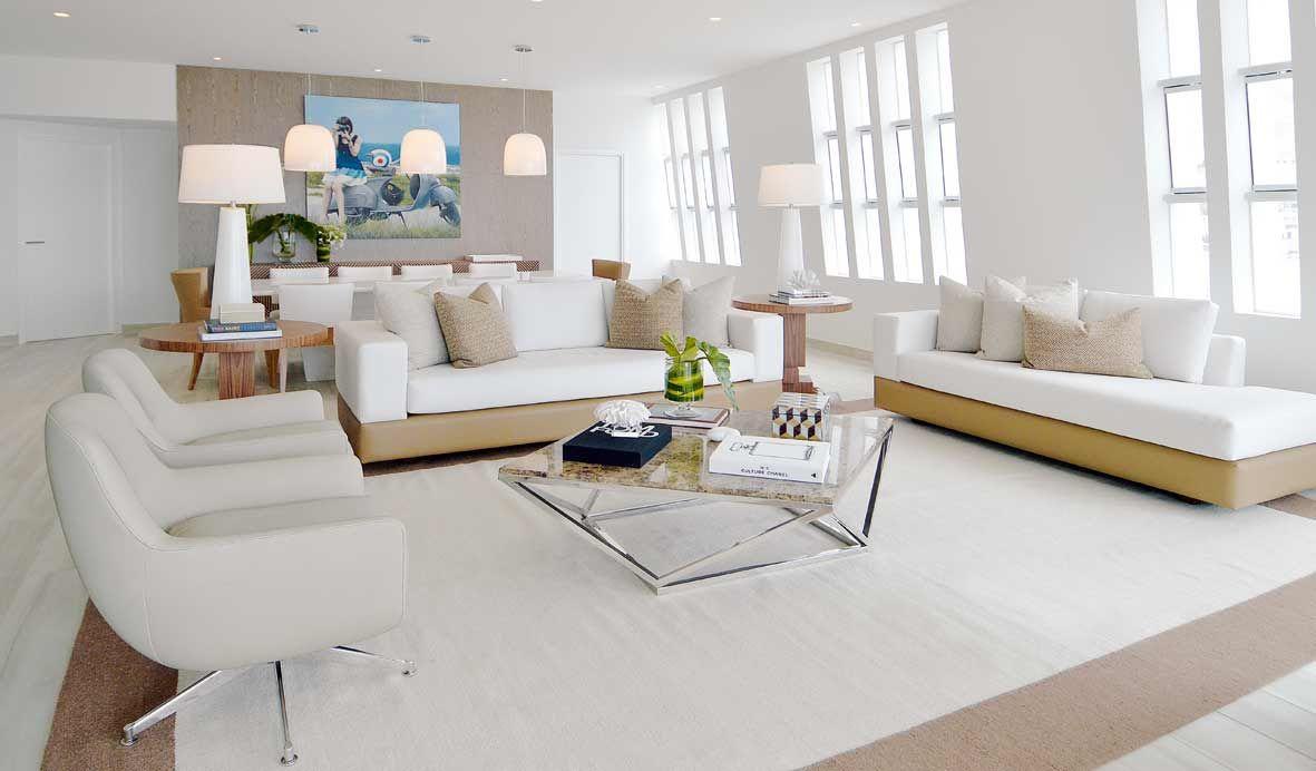 La moderna sala de la casa de playa exhibe sofás diseñados por ...