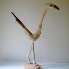 sculpture d 39 oiseau en bois flott pr sent e sur un socle argile cr ation unique art gone. Black Bedroom Furniture Sets. Home Design Ideas