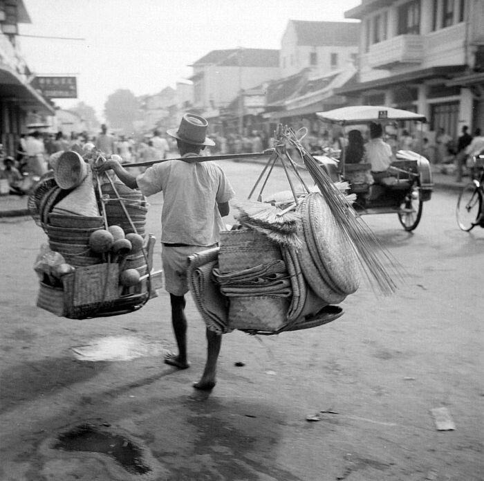 Jarrdin Cihampelas Bandung City West Java: Verkoper Van Vlechtwerk Langs De Djalan Raya Te Bandung